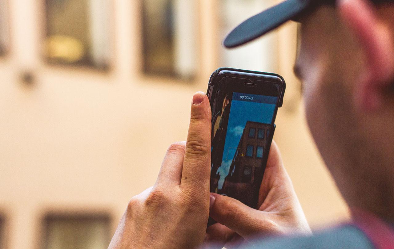 Digital kvalitetssikring Haandvaerker tager foto af byggeri